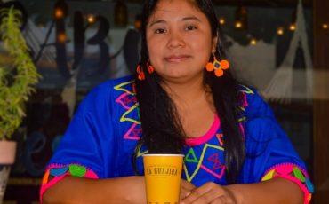 Mujer Wayuu, con vaso numeros en wayuunaiki